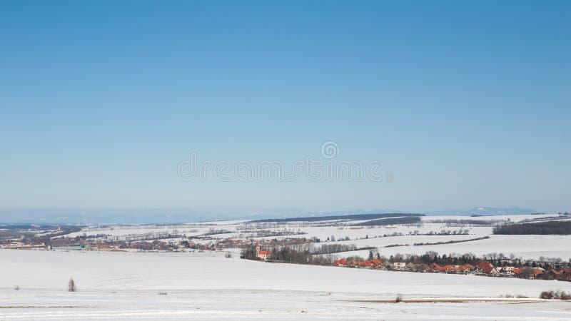 Panorama av det snöig vinterlandskapet fotografering för bildbyråer