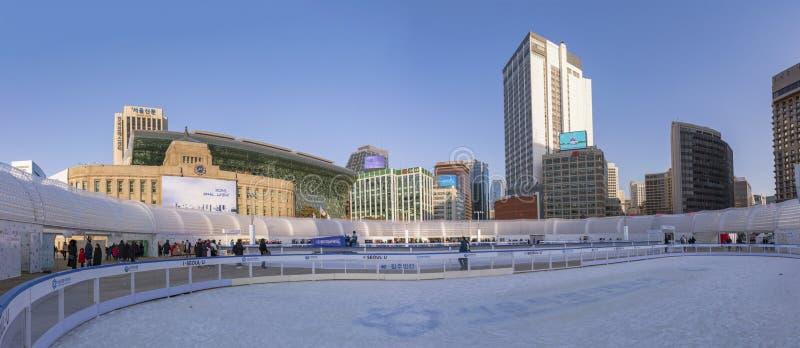 Panorama av det tagna fotoet för isbana för Seoul Plazaskridskoåkning arkivbild