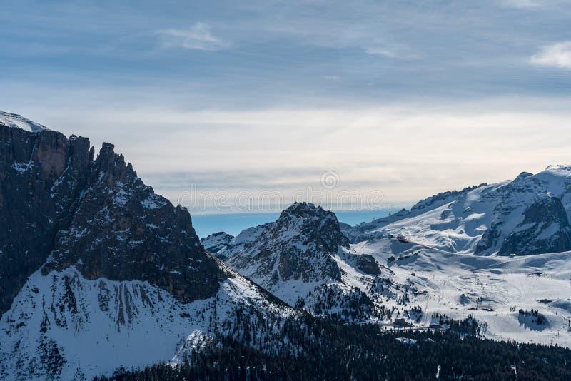 Panorama av Dolomitesfj?ll?ngar, Val Gardena, Italien arkivbild