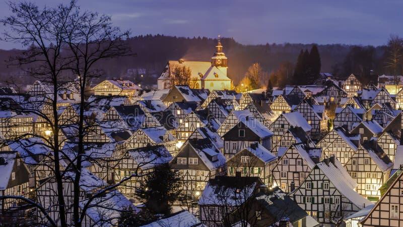 Panorama av dreamily en vinterby royaltyfria foton