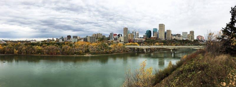 Panorama av Edmonton, Alberta, Kanada med den färgrika aspen i aut arkivfoto