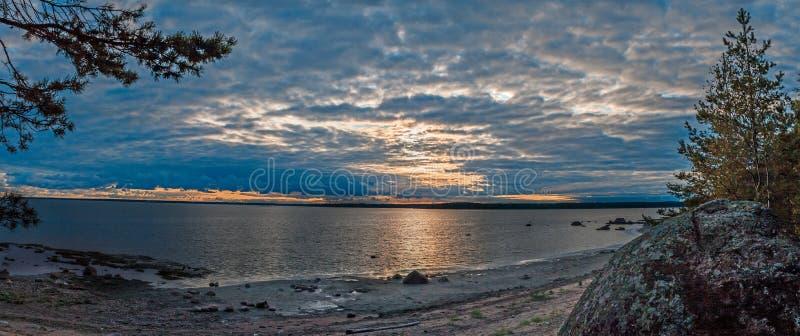 Panorama av en härlig nedgång på kusten arkivfoto