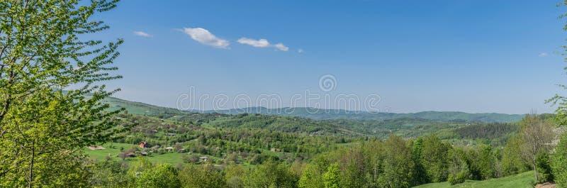 Panorama av en by i kullarna i Carpathiansna royaltyfria foton