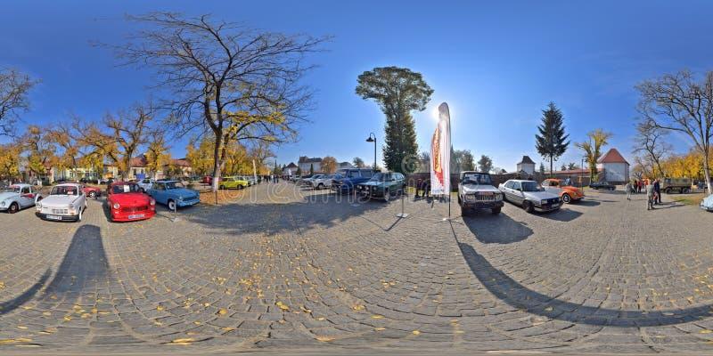 panorama 360 av en klassisk bilshow på Bulevardul Cetatii, Targu Mures, Rumänien arkivbild