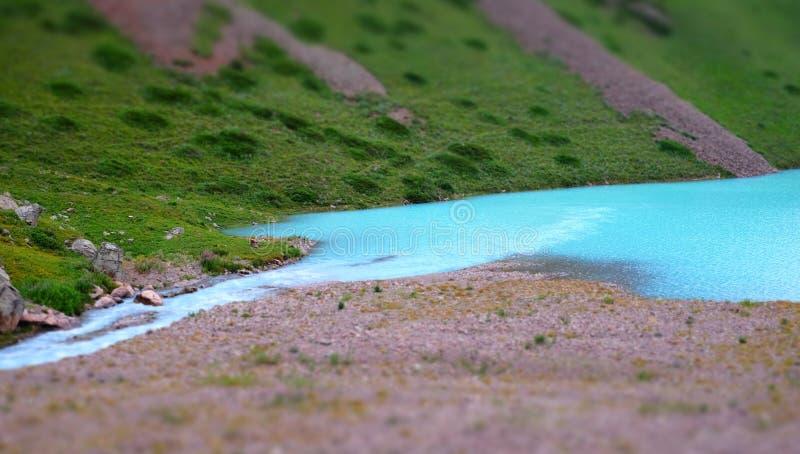 Panorama av en mjölkaktig blå sjö för berg royaltyfri bild