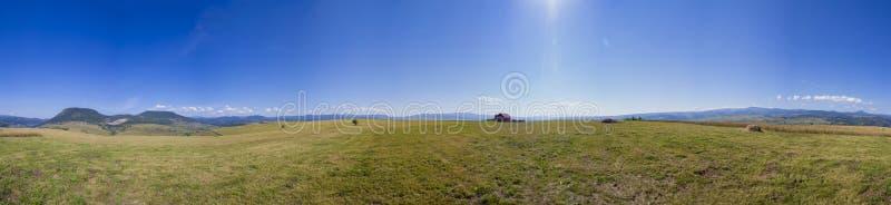 Panorama av ett åkerbrukt fält från var kornet skördades arkivfoton