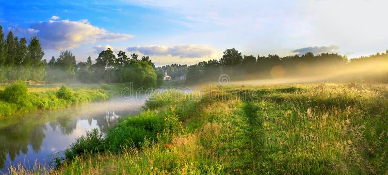 Panorama av ett sommarlandskap med soluppgång, dimma och floden fotografering för bildbyråer