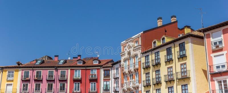 Panorama av färgrika hus på Plazaborgmästarefyrkanten i Burgos royaltyfri bild