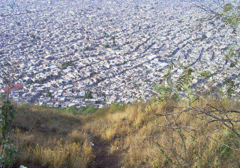Panorama av favelas för en metropolis i en varm dag fotografering för bildbyråer