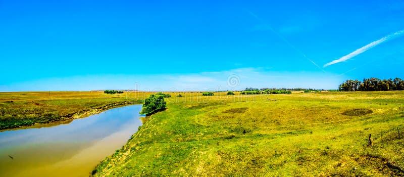 Panorama av fertil jordbruksmark som omger Klipriveren nära staden av Standarton i Mpumalanga arkivfoto