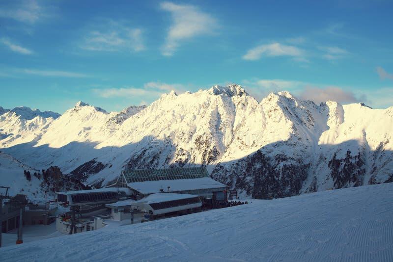 Panorama av fjällängarna övervintrar morgonen, Ischgl, Österrike royaltyfri fotografi