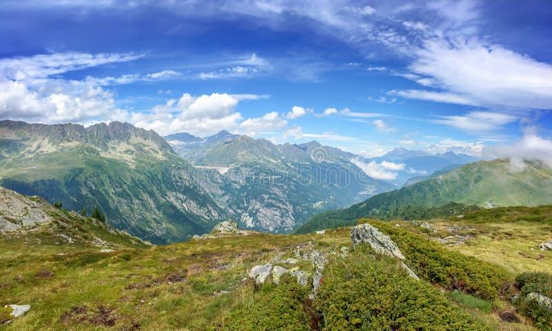 Panorama av fjällängarna i sommar Sikten på den Emosson fördämningen i Schweiz under turnerar vandring för du Mont Blanc royaltyfria foton