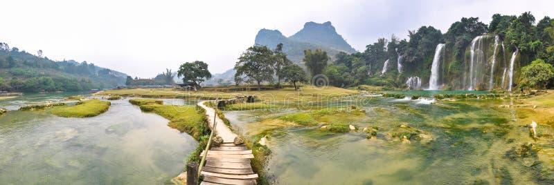 Panorama av floden och Bondzhuken faller, norr Vietnam fotografering för bildbyråer