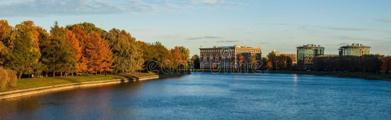 Panorama av floden och höstligt parkerar royaltyfria foton