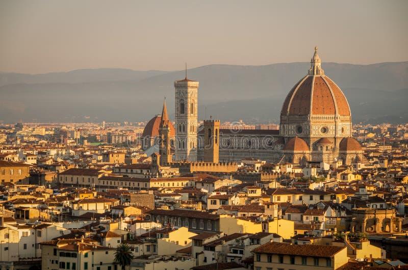 Panorama av Florence med den huvudsakliga monumentduomoen Santa Maria del Fiore på gryning, Firenze, Florence, Italien royaltyfri foto
