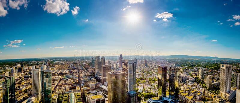 Panorama av Frankfurt - f.m. - str?mf?rs?rjning arkivfoton