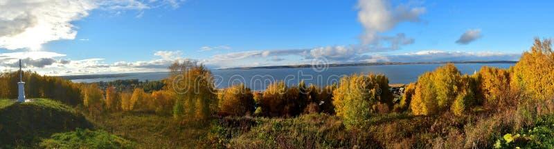Panorama av Galich sjön den mellersta musikbandet av Ryssland arkivbilder