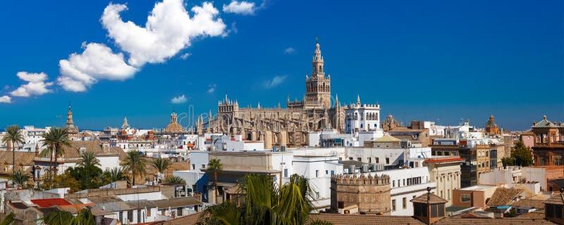Panorama av Giralda och den Seville domkyrkan, Spanien fotografering för bildbyråer