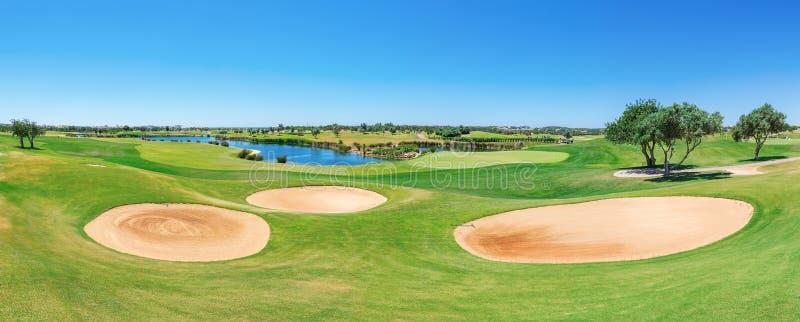 Panorama av golfbanan Sommar av turister royaltyfria bilder