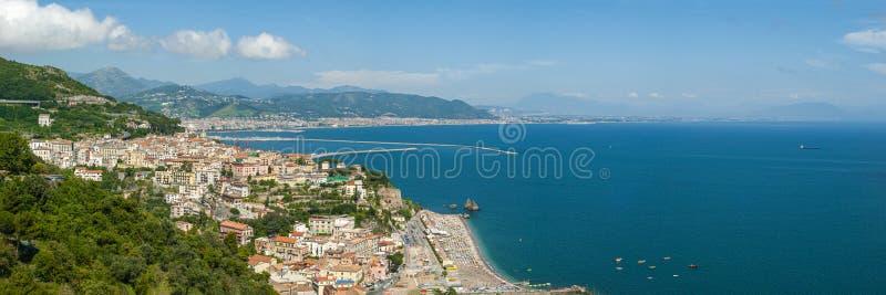 Panorama av golfen av Salerno som ses från staden av Raito fotografering för bildbyråer