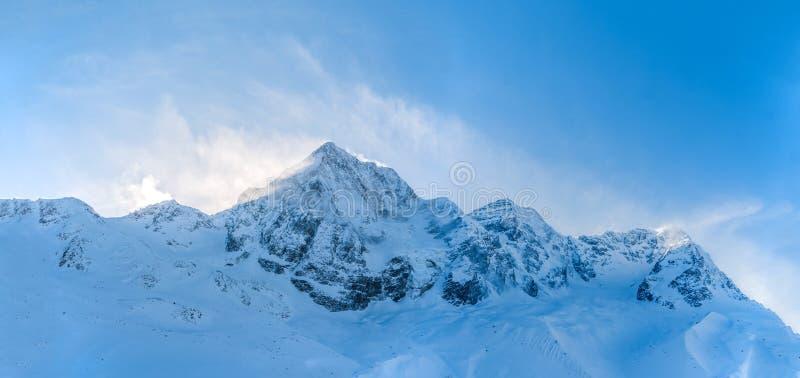 Panorama av härlig blåsväder över höga alpina berg arkivbilder