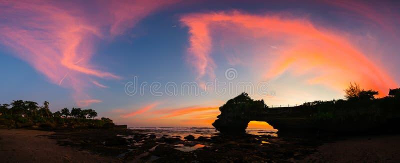 Panorama- av härlig himmelsolnedgång på den hinduiska templet Pura Tanah Lot royaltyfria bilder