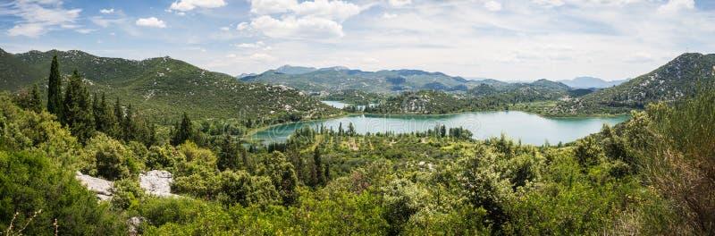Panorama av härliga Bacina sjöar i Dalmatia, Kroatien - semestra destinationen royaltyfria foton