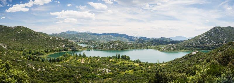 Panorama av härliga Bacina sjöar i Dalmatia, Kroatien - semestra destinationen royaltyfri fotografi