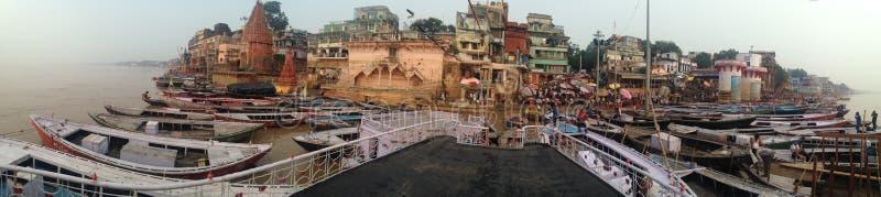 Panorama av heliga Varanasi med vallfärdar ta deras bad i Gangesen och lokalerna som väntar på turister i September 2016 royaltyfri fotografi