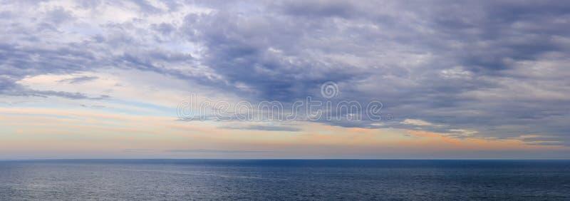 Panorama av himmel över vatten arkivbilder