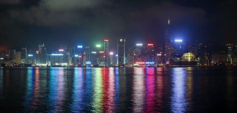 Panorama av Hong Kong Island från Kowloon på nattetid royaltyfri fotografi
