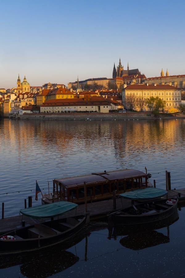 Panorama av Hradcany p? soluppg?ng, Tjeckien arkivbild