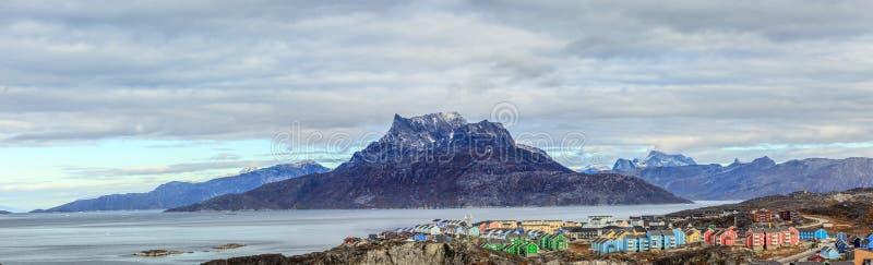 Panorama av hus för inuit för Ñ- olorful på en kustlinje i en förort av arkivfoton