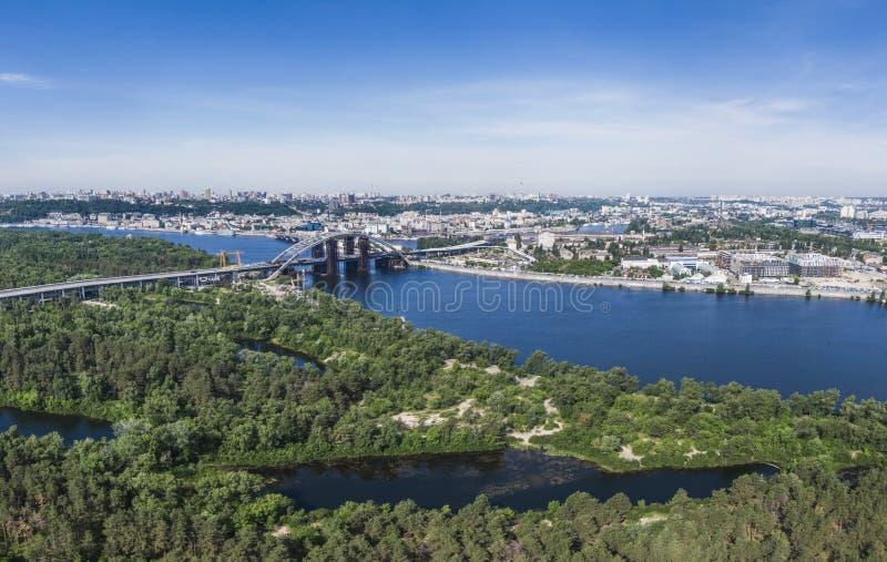 Panorama av huvudstaden av den Ukraina stadsKyiv sikten från den Trukhaniv ön till Podil ny brokonstruktion royaltyfria bilder