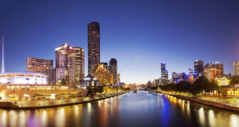 Panorama av i stadens centrum Melbourne på natten royaltyfria foton