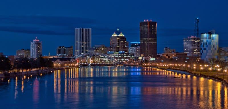 Panorama av i stadens centrum Rochester New York på natten arkivbild