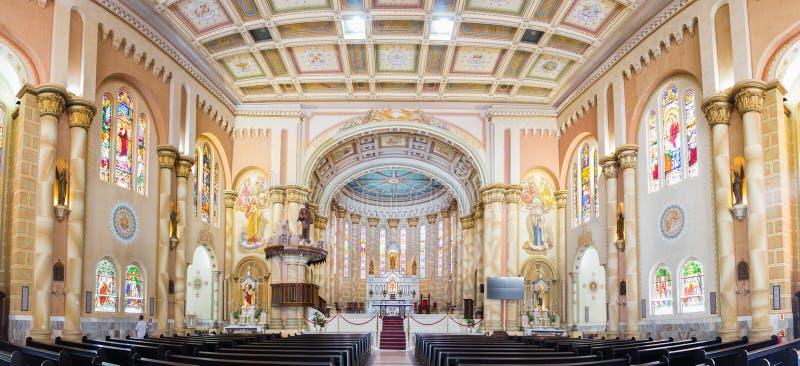 Panorama av inre av den Matriz kyrkan, Igreja gör Santiss arkivfoto
