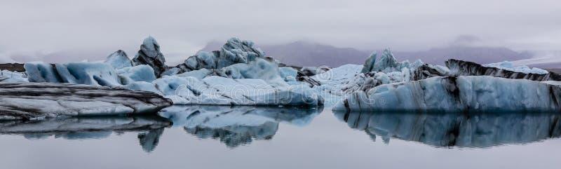 Panorama av isberg på Jokulsarlon sjön, sydliga Island arkivbilder