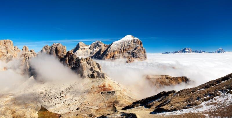 Panorama av italienska fjällängar - grupp Togfana arkivfoto