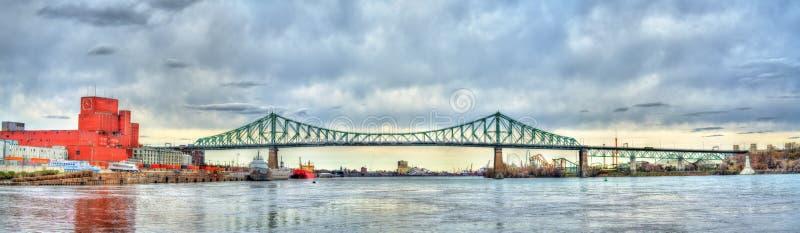 Panorama av Jacques Cartier Bridge som korsar den Sanka Lawrence River i Montreal, Kanada arkivbild
