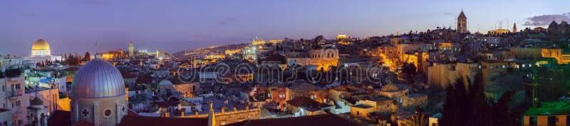 Panorama - gammal stad på natten, Jerusalem royaltyfria bilder
