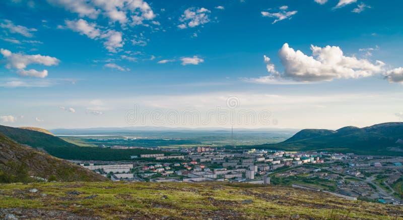 Panorama av Kirovsk i sommaren arkivbild