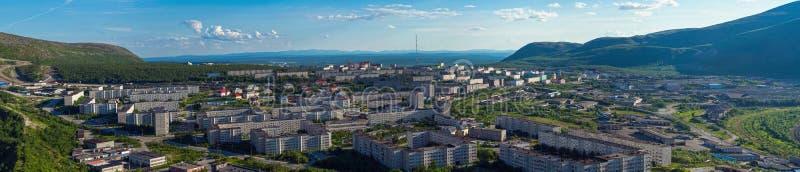 Panorama av Kirovsk i sommaren arkivfoto