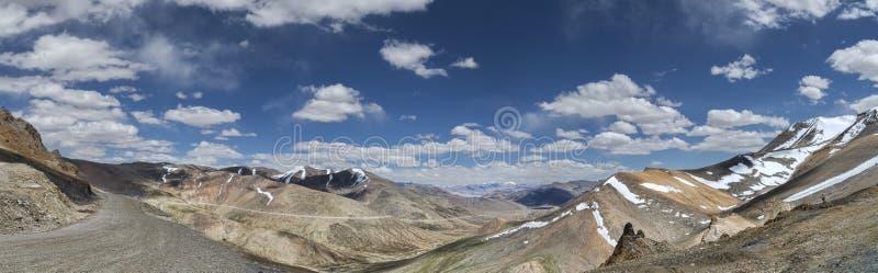 Panorama av korkade berg väg och dalen för snö från Tanglang La passerar arkivbilder