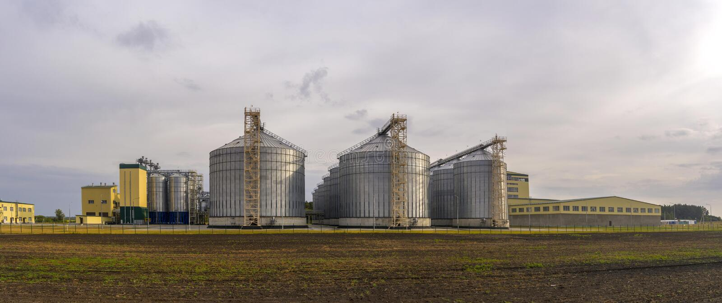 Panorama av kornbearbetningsanläggningen Stort jordbruks- komplex royaltyfri bild