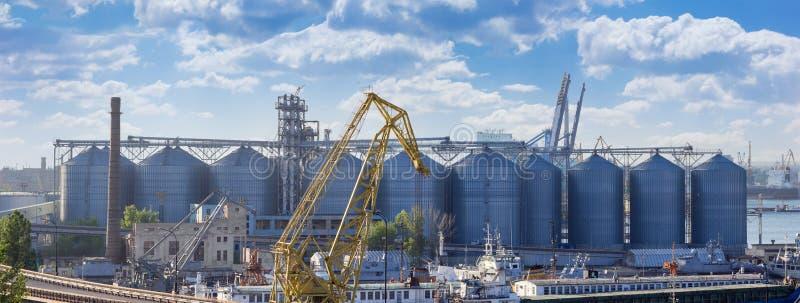 Panorama av kornterminalen i hamnstad fotografering för bildbyråer