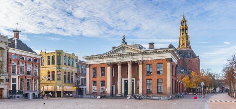 Panorama av kornutbytesbyggnaden och det kyrkliga tornet på fiskmarknadsfyrkanten i Groningen royaltyfri fotografi