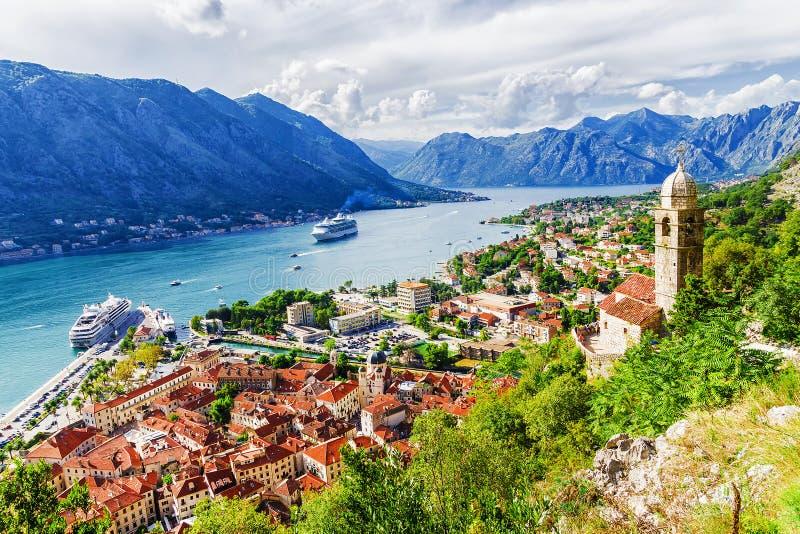 Panorama av Kotor och en sikt av bergen, Montenegro arkivfoto