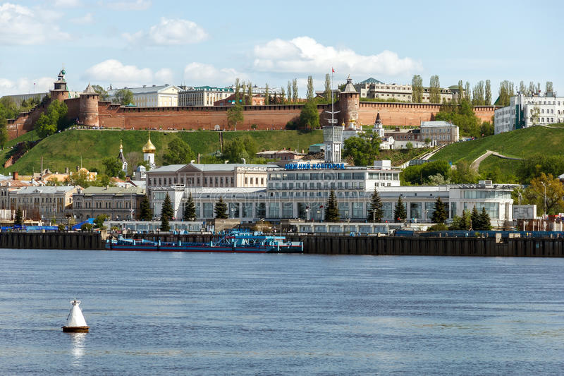 Panorama av kulledelen av Nizhny Novgorod i sommarveckan royaltyfria bilder