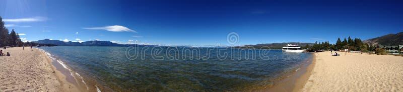 Panorama- av Lake Tahoe i vatten för Kalifornien strandhav arkivbild